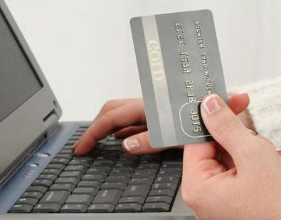 Ruka na klávesnici s platební kartou