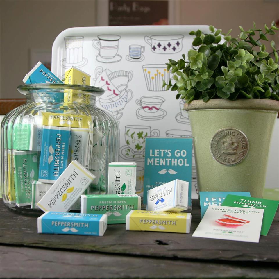 Foto peppersmith produktů a květináč s bylinkami