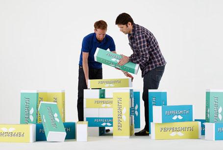 Dva muži skládají krabice se žvýkačkami