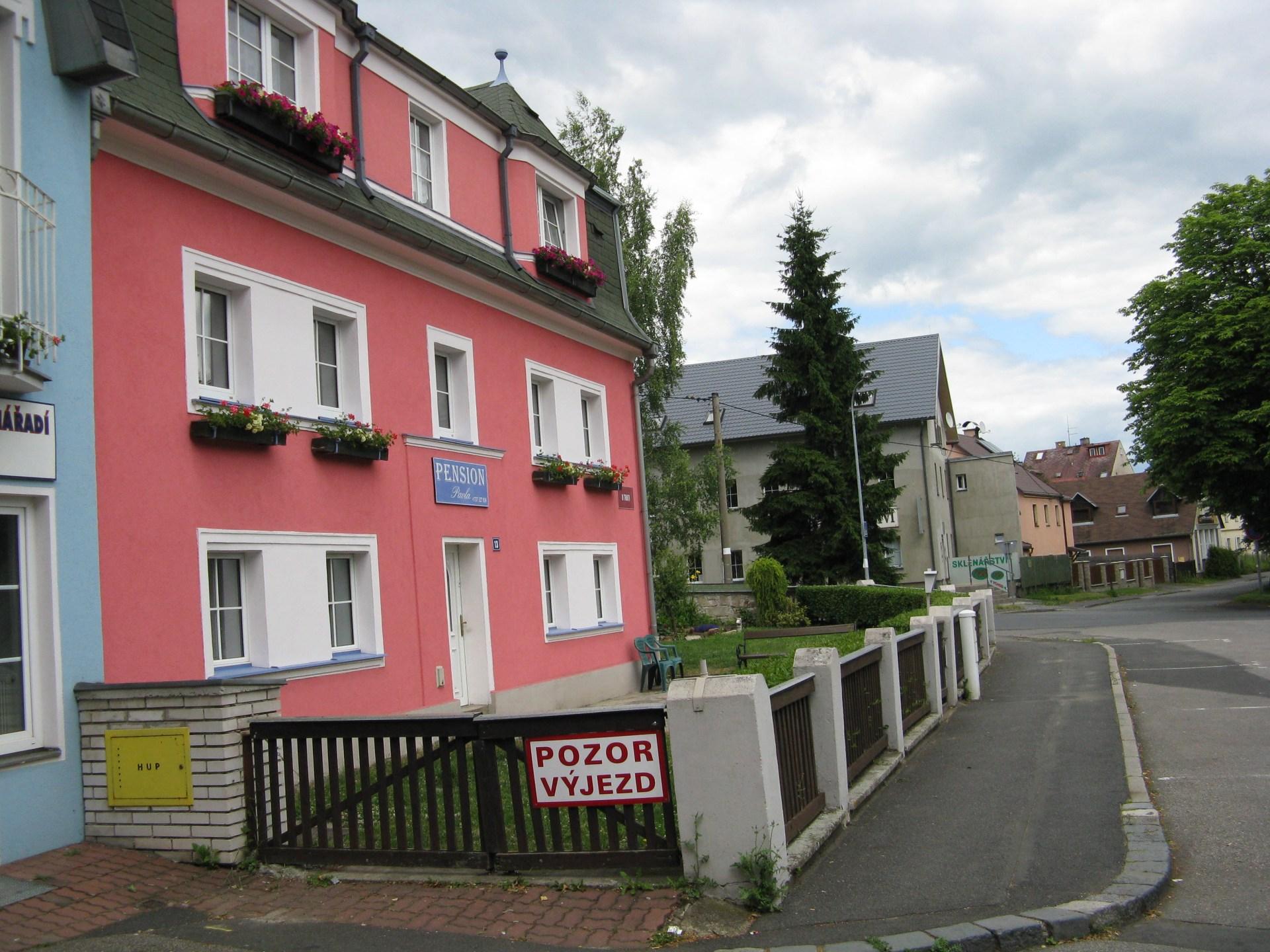 Foto budovy penzionu ze strany