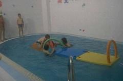 plavání dětí samostatně - přebíhání přes desku
