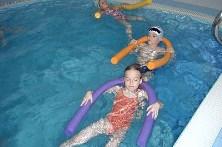 děti samostatně - plavání na zádech