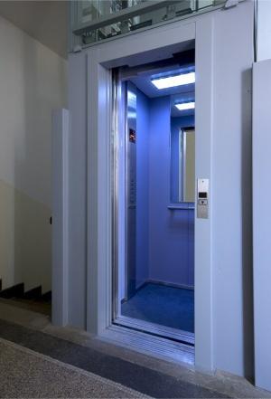 Výtah s polyuretanovým lanem
