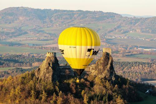 horkovzdušný balón nad troskami