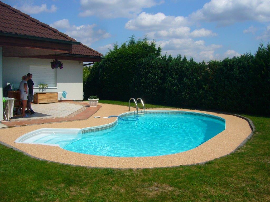 kamínková podlaha okolo bazénu