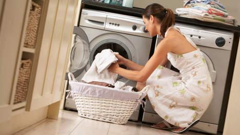 Žena vyndává prádlo z pračky