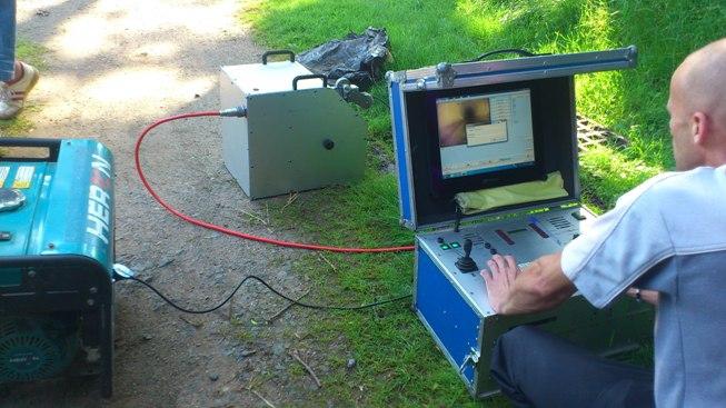 Technik před monitorem při kamerovém průzkumu