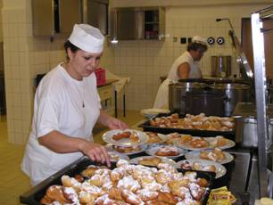 kuchařky při podávání jídla