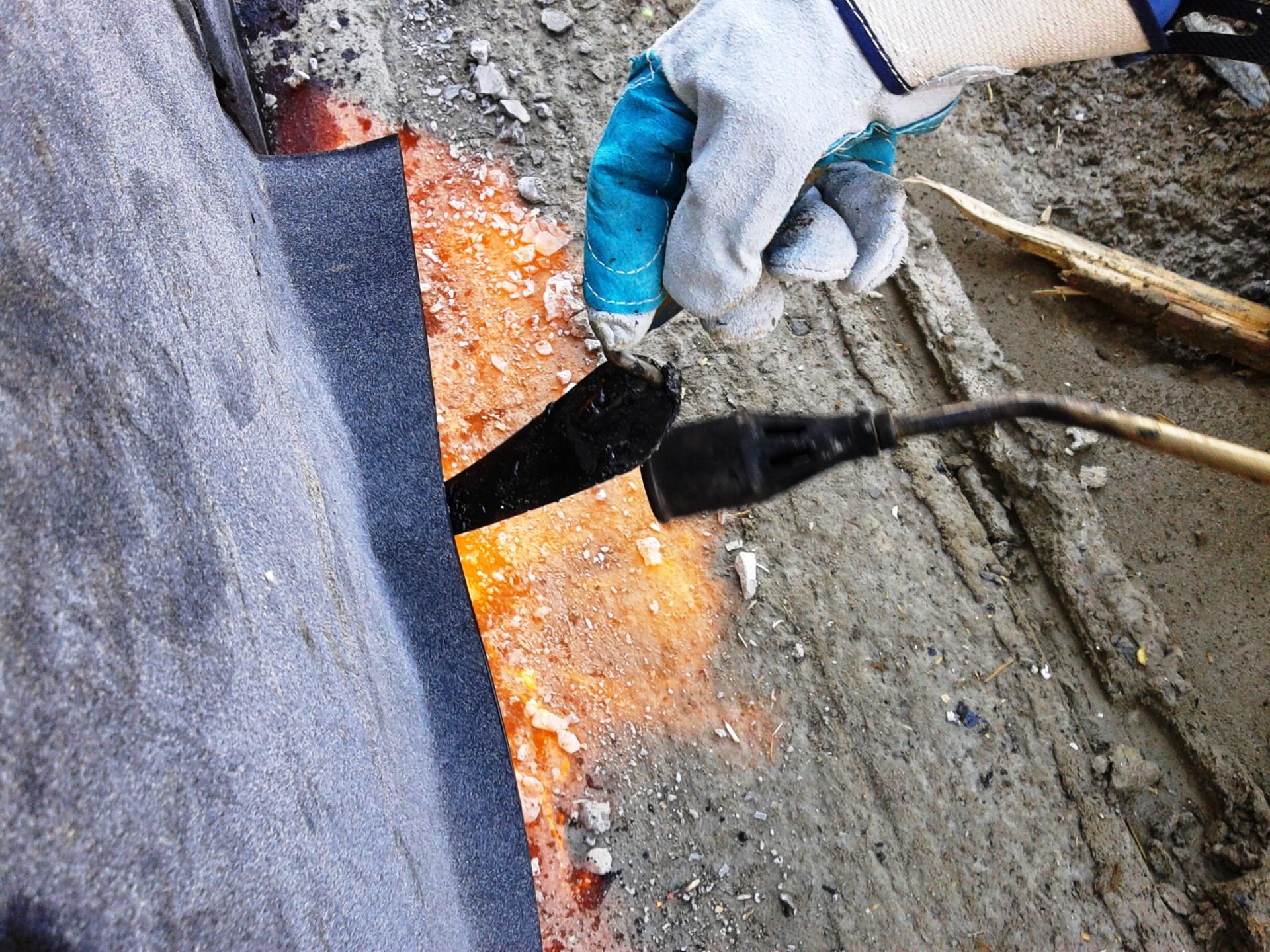 připevnění pásů z asfaltu k izolaci