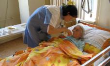 Sestra pečuje o nemocnou osobu