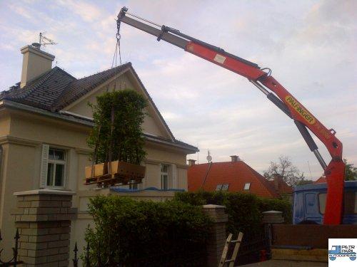 valník v hydraulickou rukou v Praze