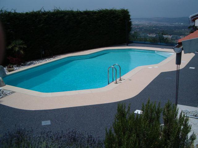 ochoz kolem bazénu