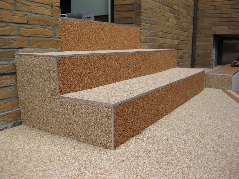 Dekorativní kamínkový koberec - schodiště